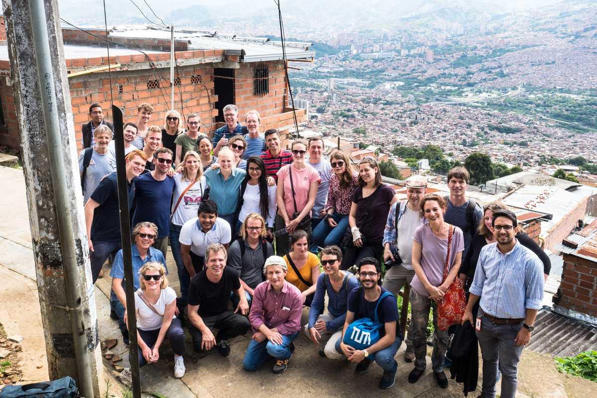 Team von Beethoven Moves in einem Viertel von Medellín
