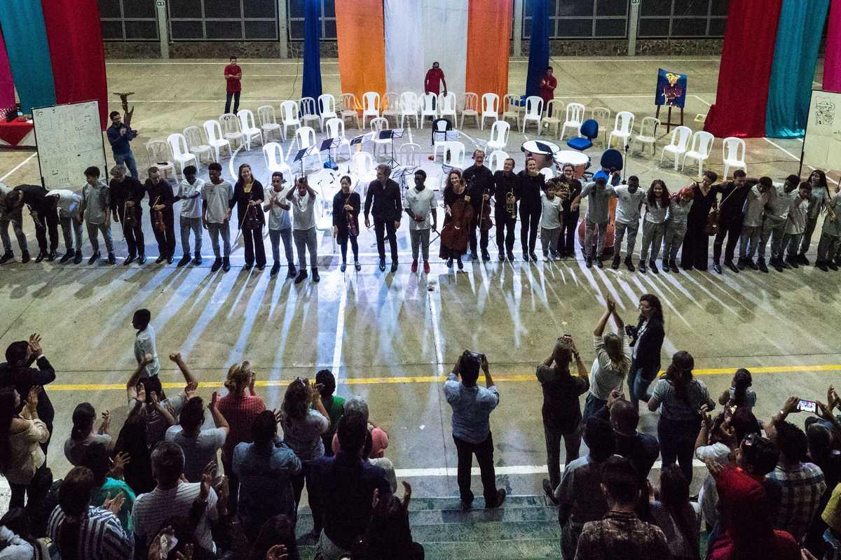 Gemeinsame Aufführung des Beethoven Orchester Bonn mit Jugendlichen in Kolumbien