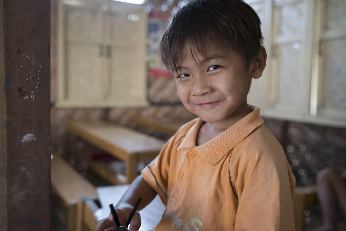 Kleiner Junge auf einer Schulbank