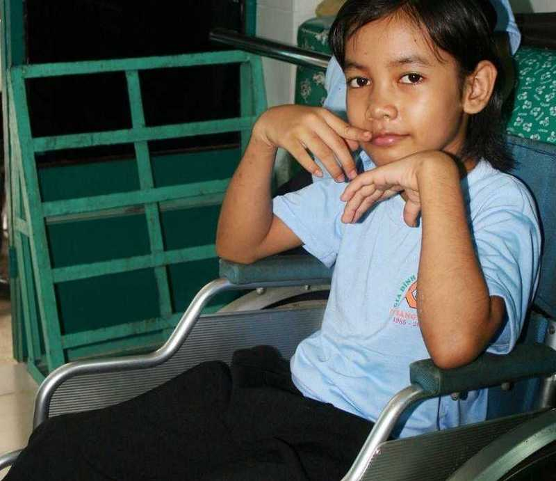 Junges Mädchen im Rollstuhl