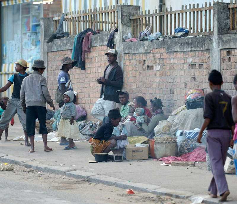 Eine Gruppe von Kindern und Jugendlichen, die auf der Straße abhängen