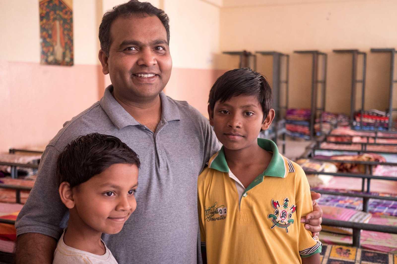 Pater Swanoop mit Straßenkindern in Indien