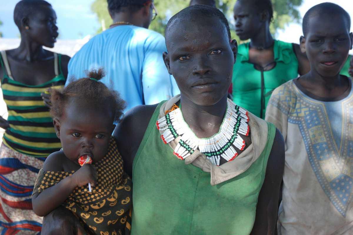 Frau mit einem Kleinkind auf dem Arm