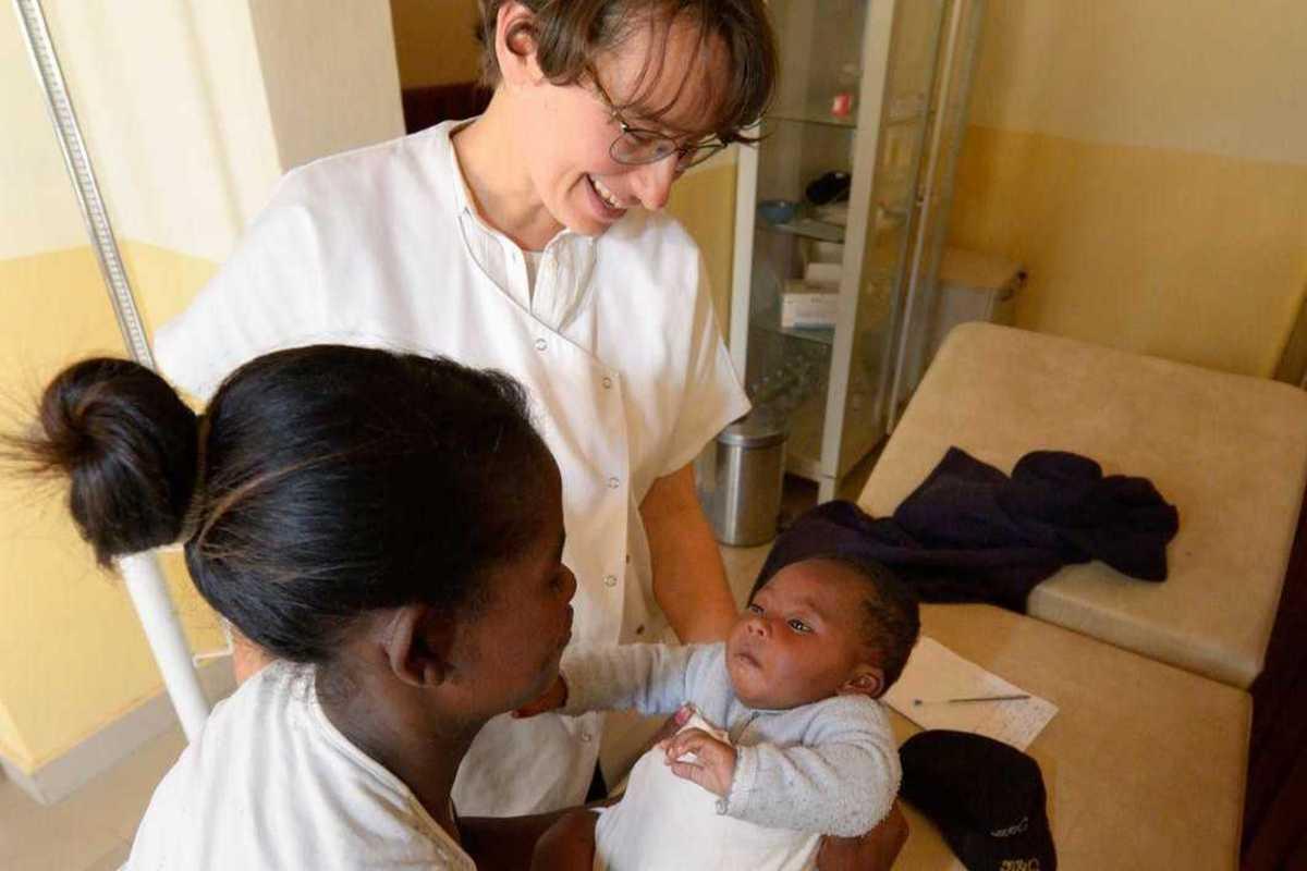 Ärztin Claire bei einer medizinischen Untersuchung des kleinen Sohns