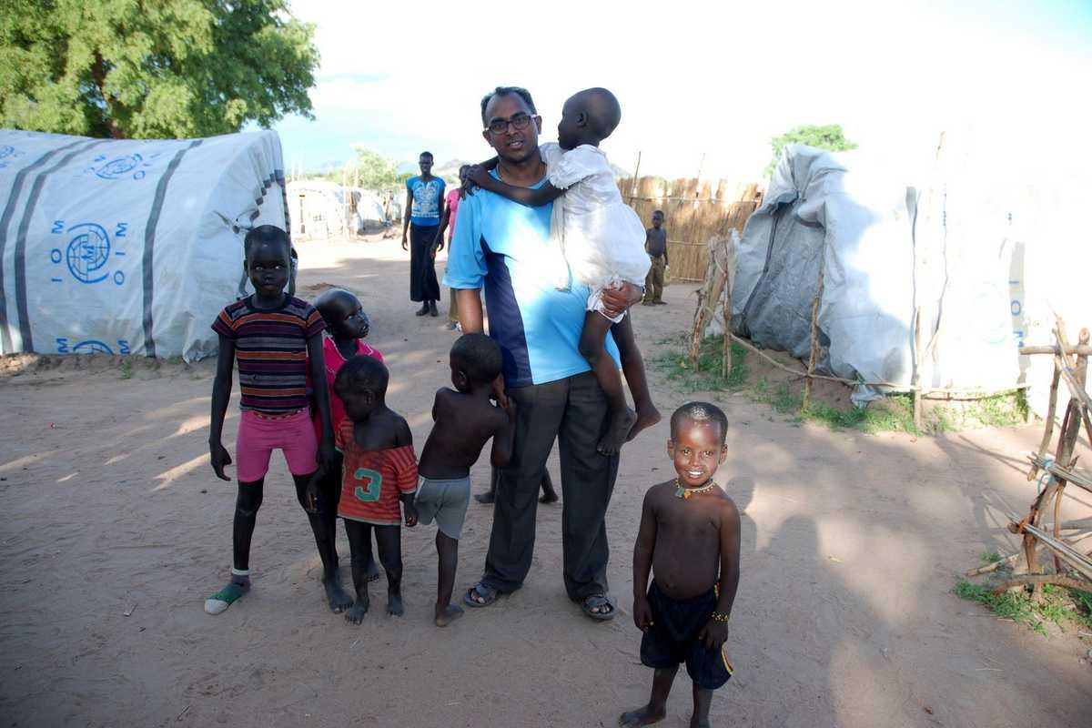 Pater Shyjan in einer Gruppe von Kindern