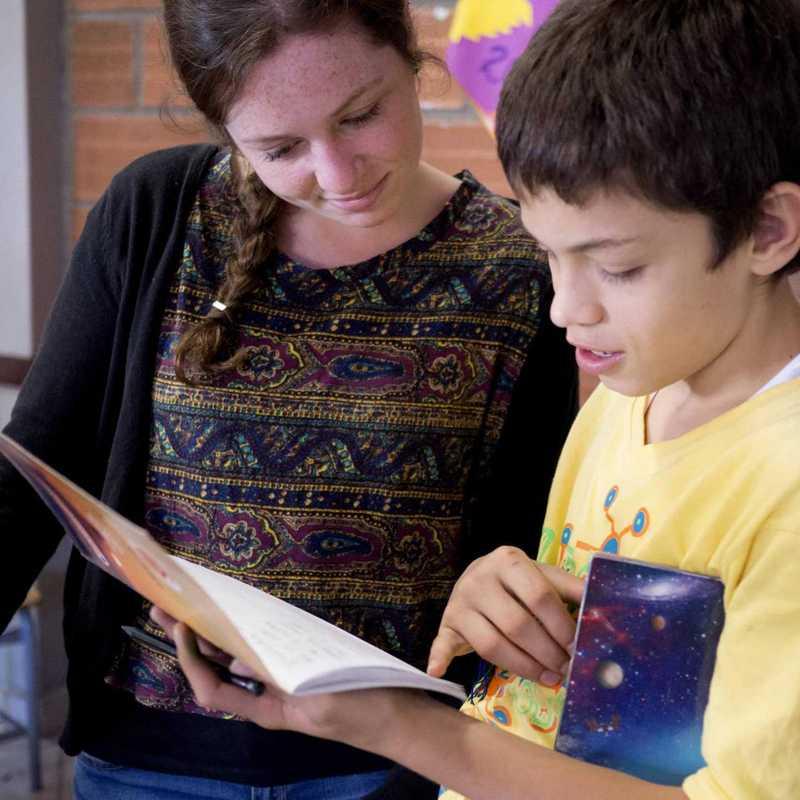 Volotärin hilft Jungem bei Hausaufgaben