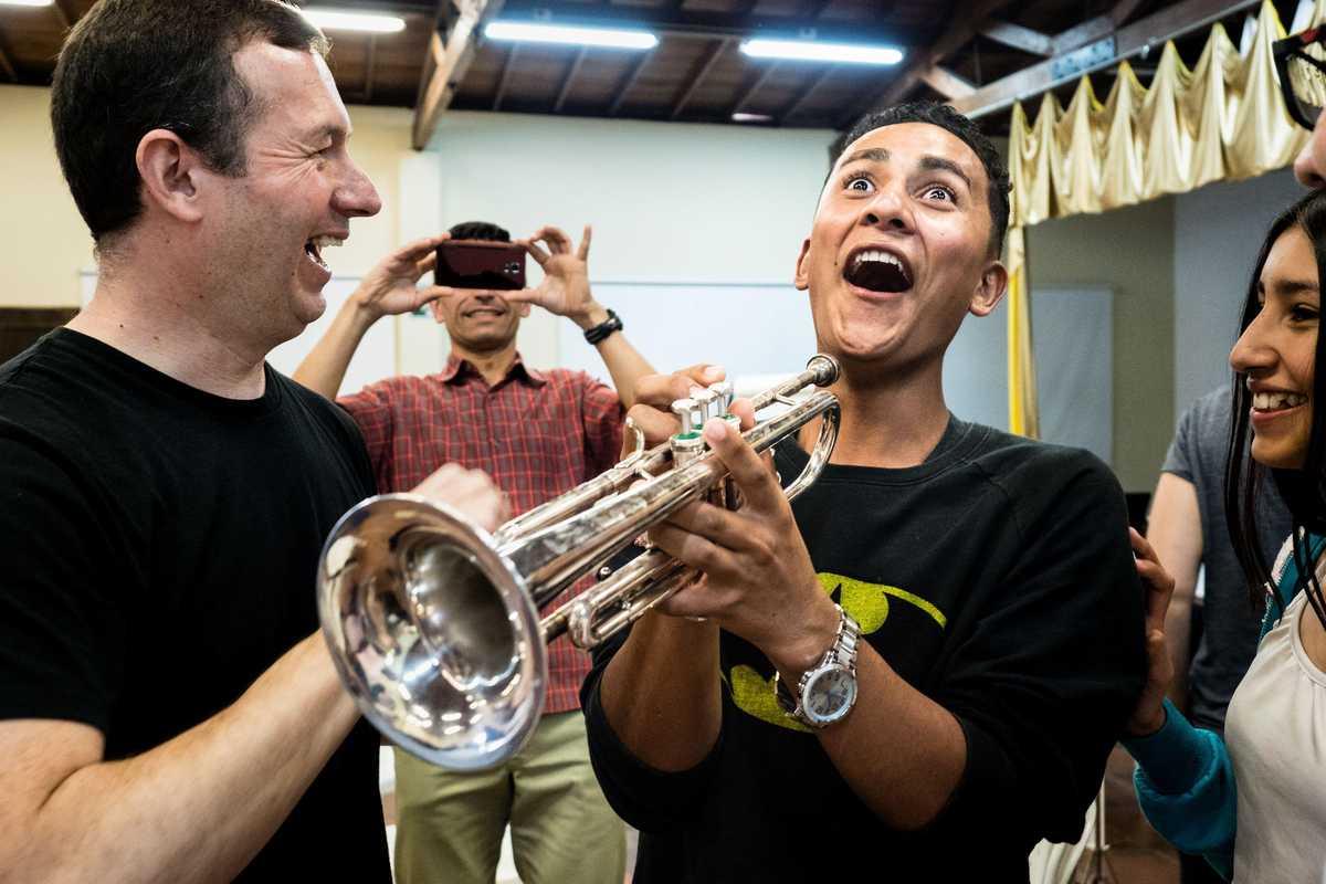 Jugendlicher mit einer Trompete