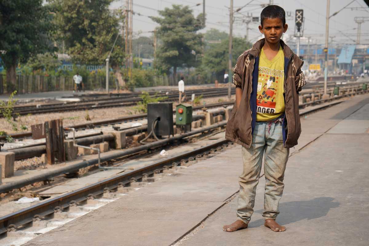 Dev steht am Bahnsteig