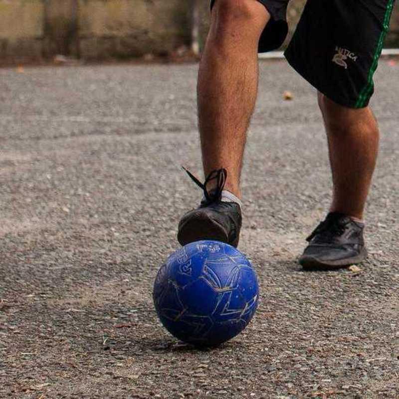 Jonathan dribelt den Ball um den Gegner herum