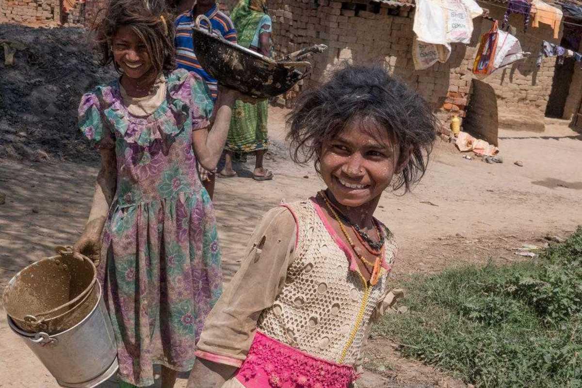 Mädchen mit einem Eimer