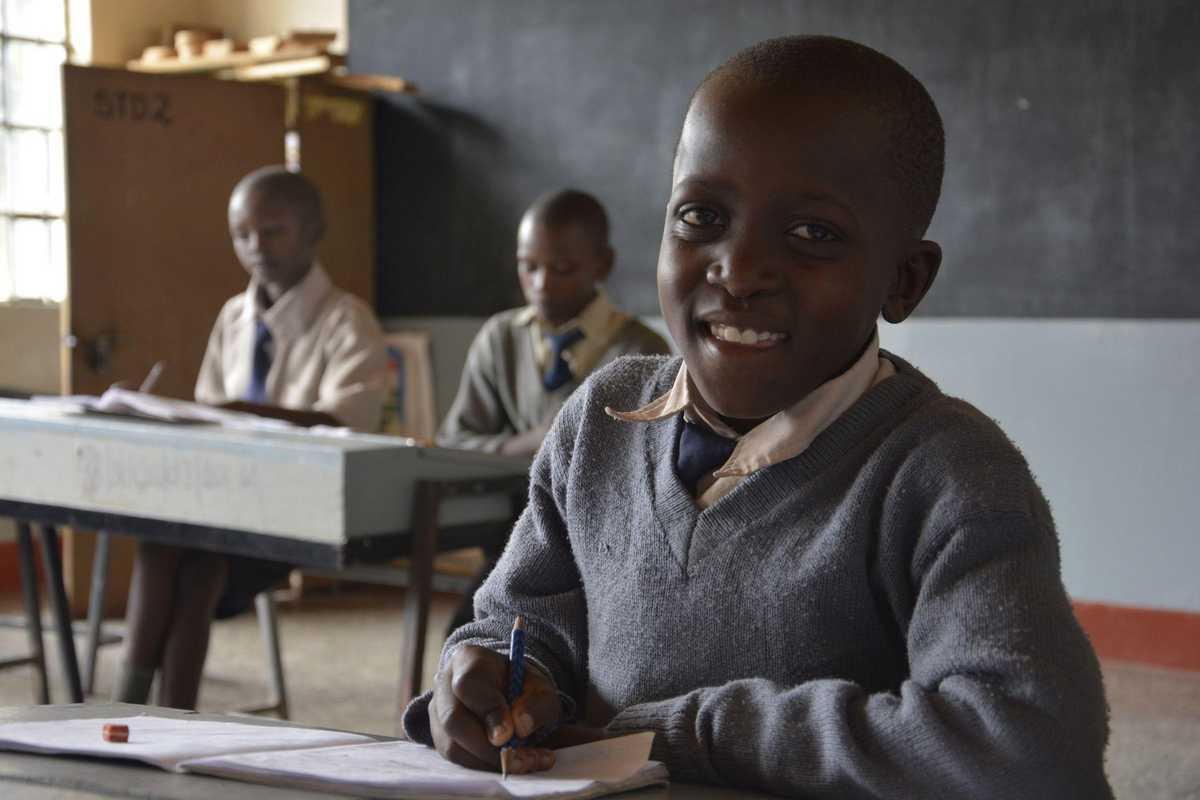 Junge in Schuluniform in einer Klasse