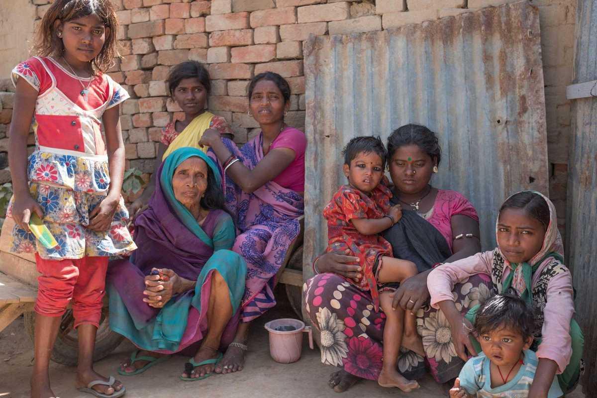 Eine indische Familie in einer Ziegelfabrik