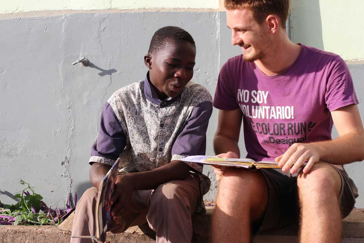 Jugendlicher hilft Jungen bei den Schularbeiten