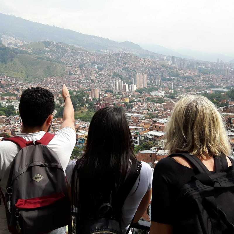 Gruppe guckt über die Dächer Medellíns