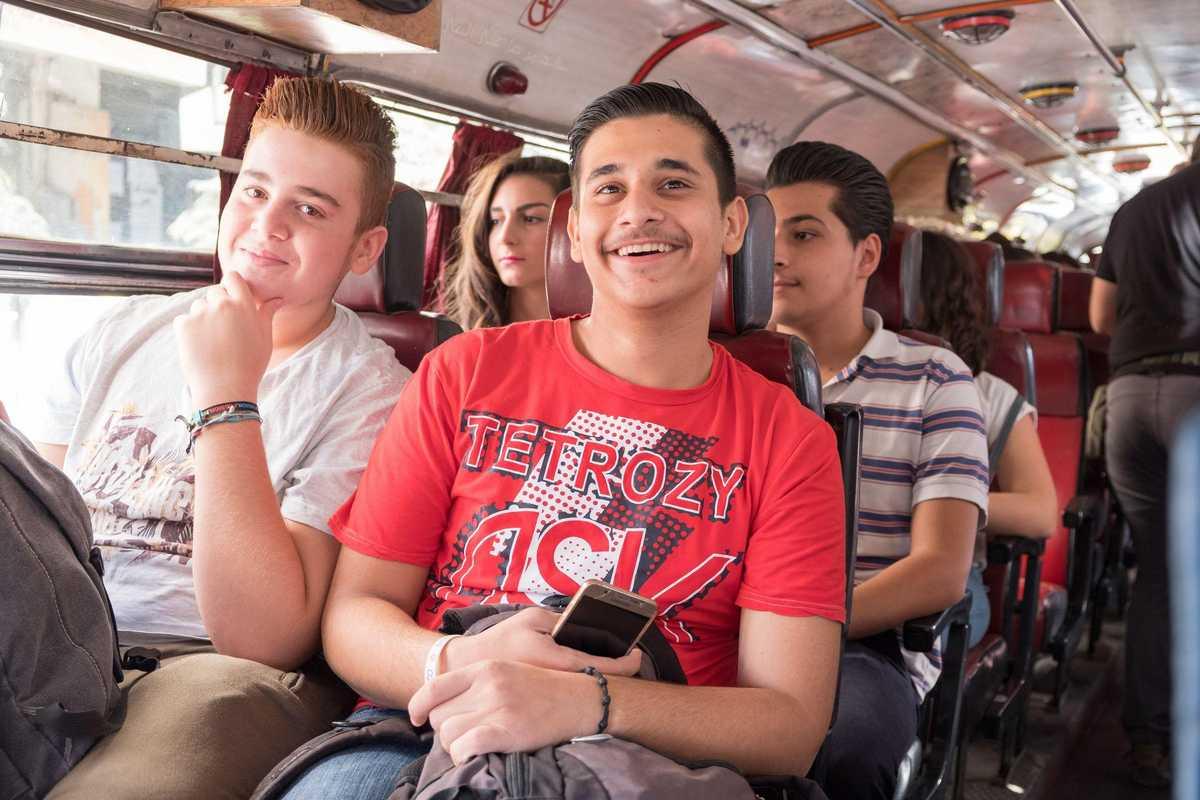 Zwei Jugendliche sitzen in einem Bus