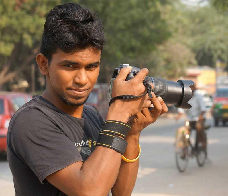 Arun mit seiner Foto-Kamera auf der Straße
