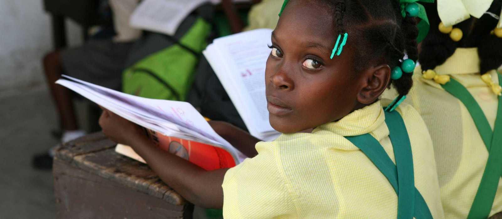 Mädchen in Schuluniform in einem kleinen Klassenraum