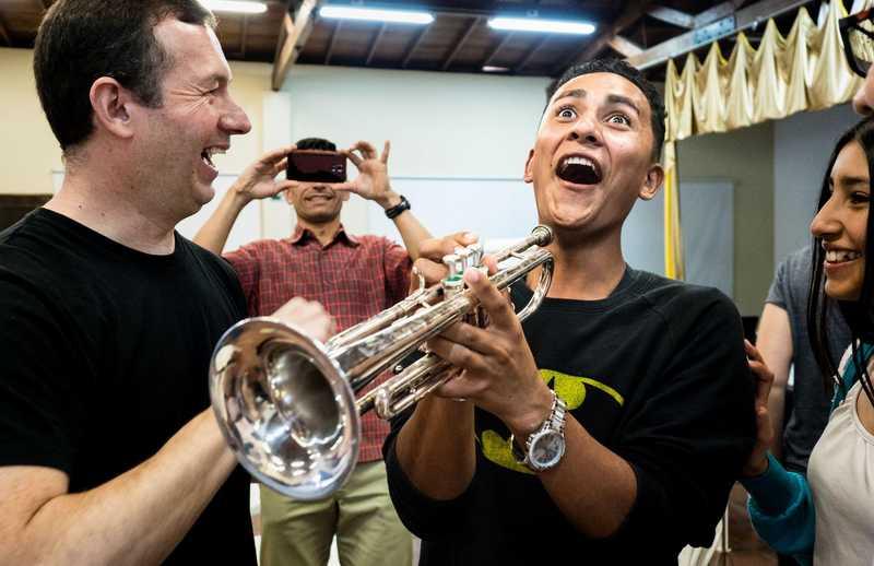 Jugendlicher spielt zum ersten Mal Trompete