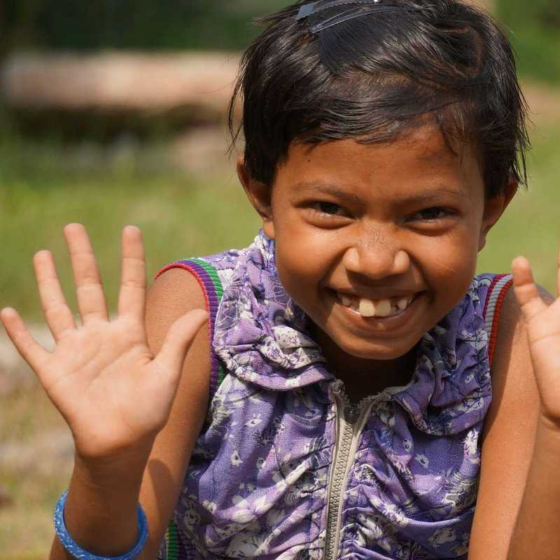 Zwei kleine Mädchen zeigen ihre Hände