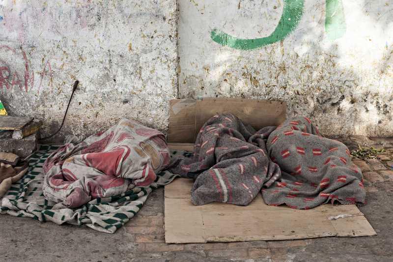 Schlafende Straßenkinder in Decken gehüllt
