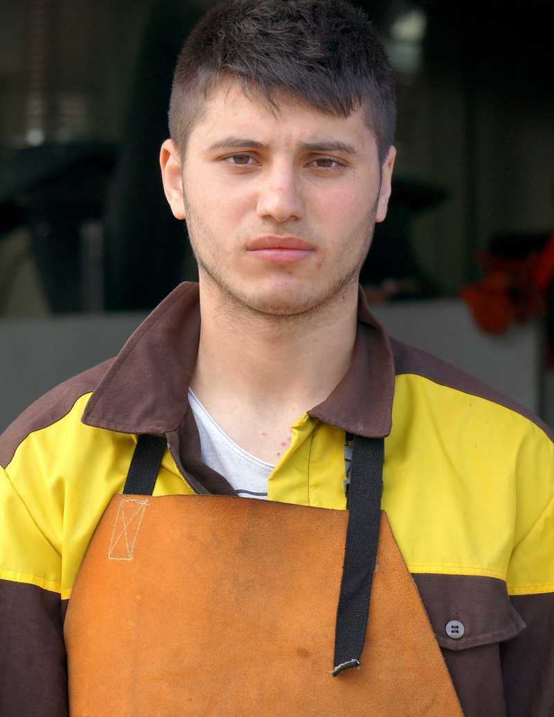 Junge in Arbeitskleidung
