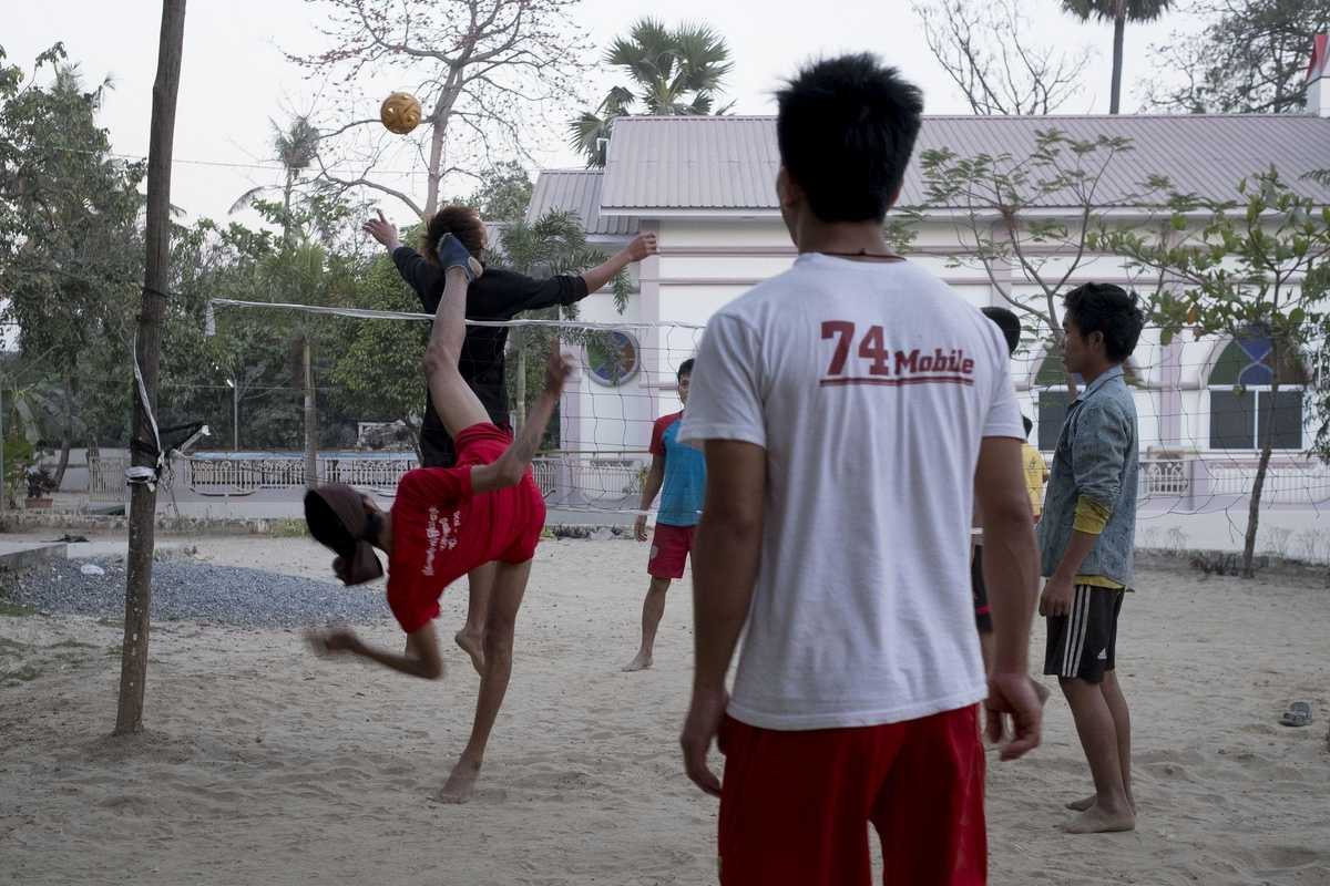 Jungen, die Volley-Ball spielen