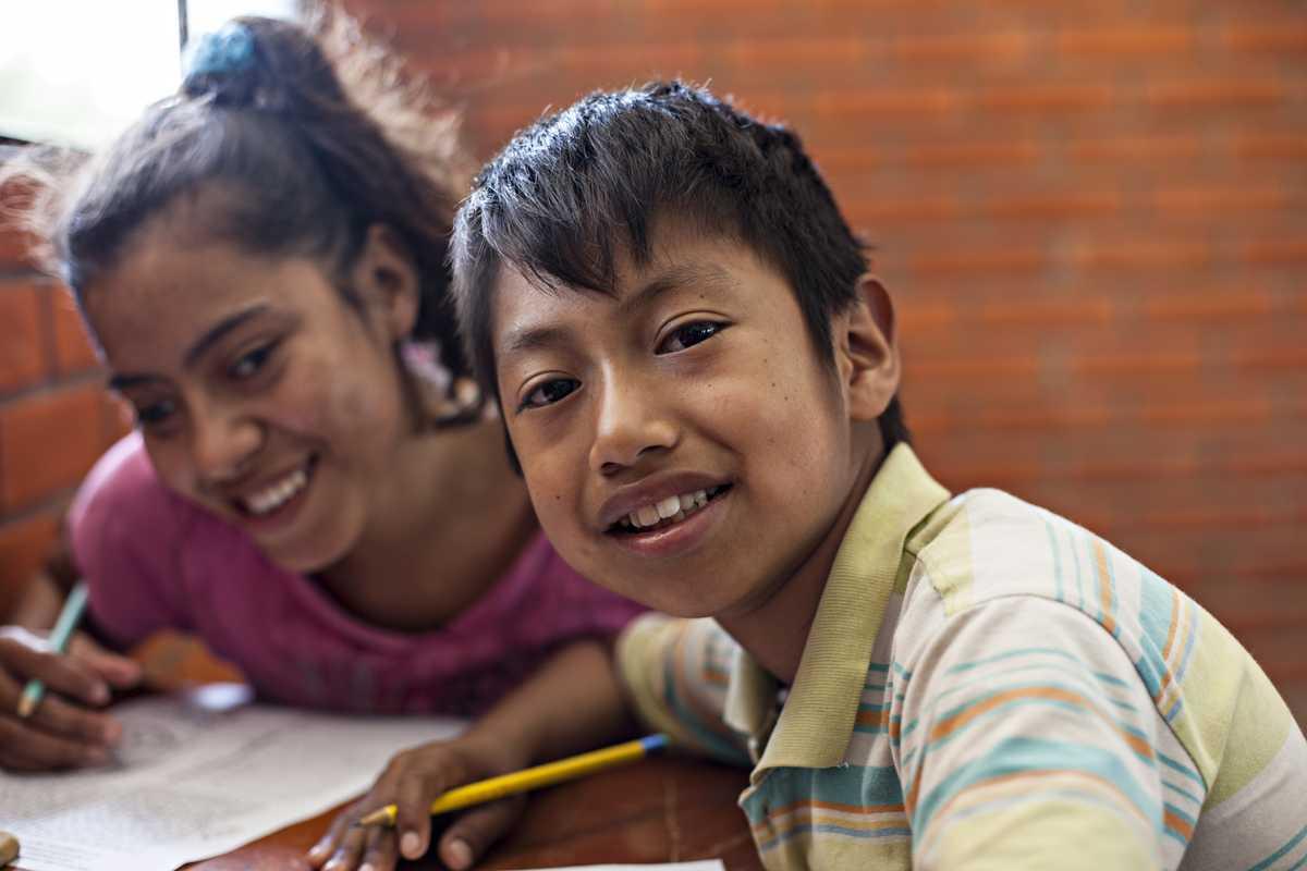 Álvaro und ein Mädchen im Klassenraum.