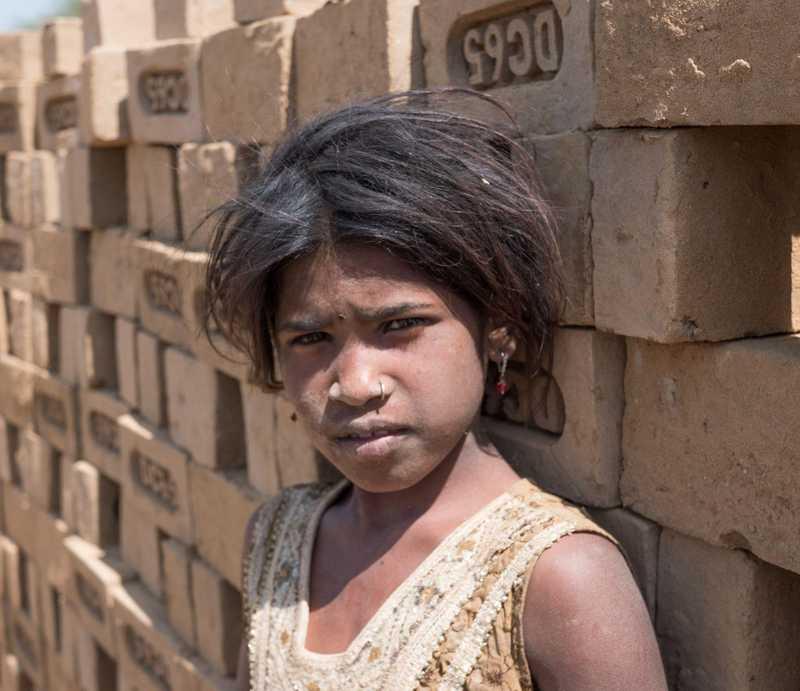 Mädchen vor einer Wand aus Ziegeln