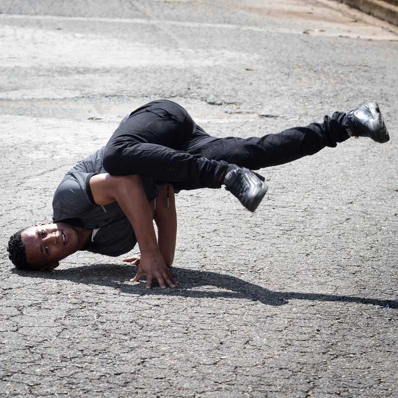 Junge macht einen Breakdance-Move