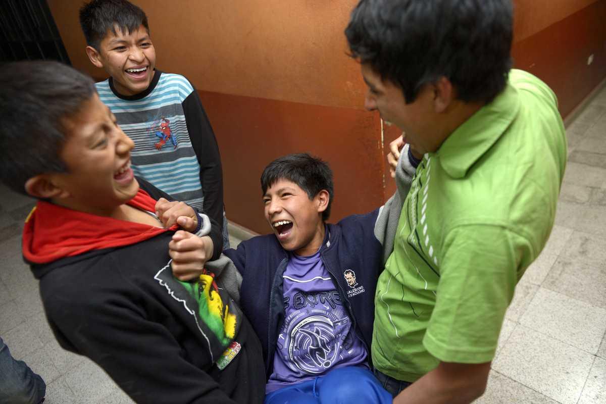Vier Jungen, die scherzen und lachen