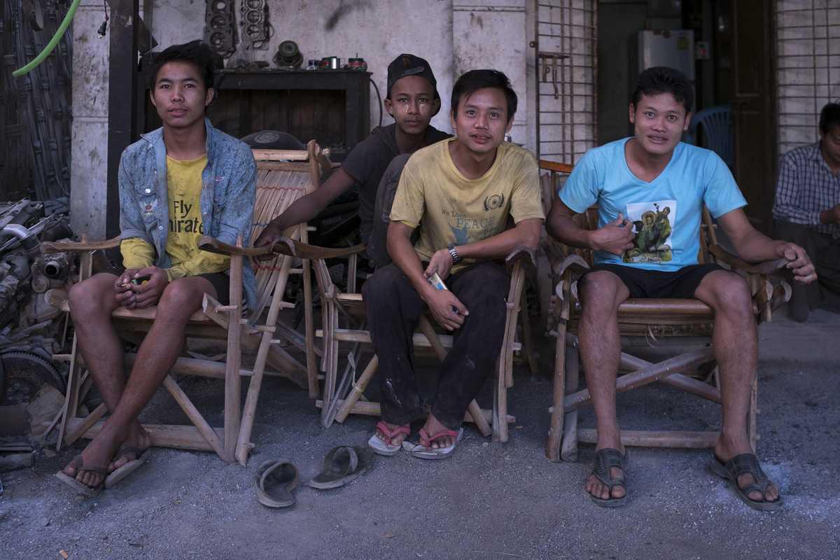 Vier Jugendliche sitzen in einer Gruppe zusammen
