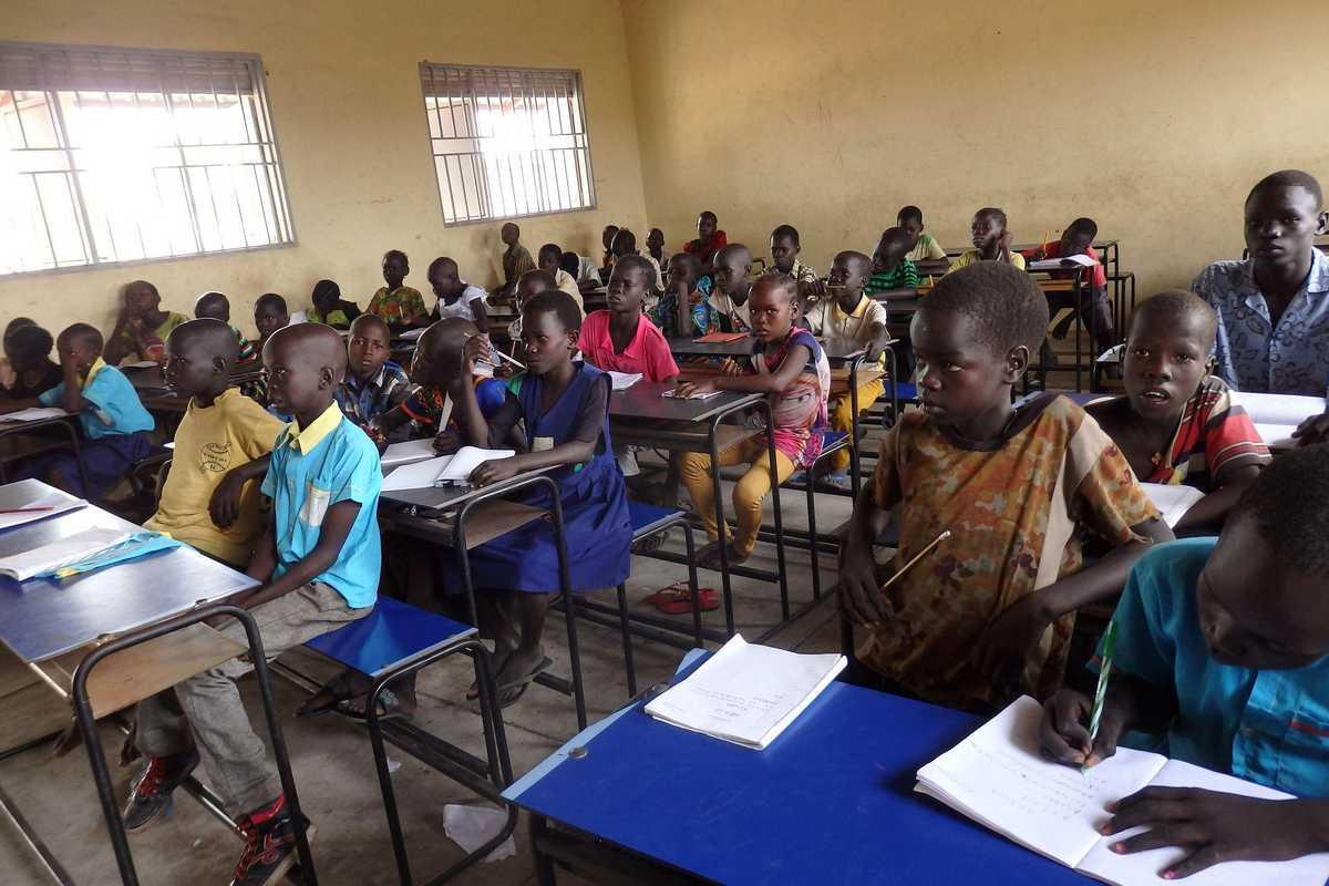 Eine Schulklasse im Flüchtlingscamp