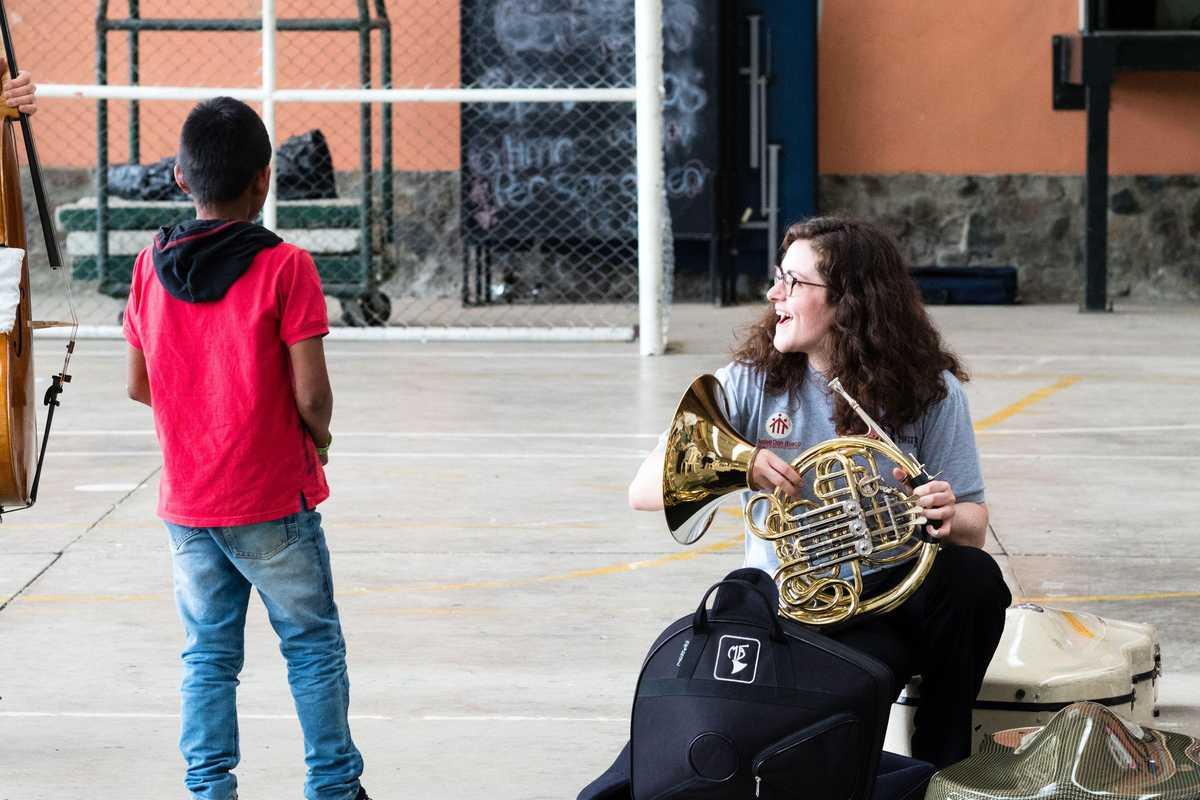 Musikerin mit kleinem Jungen
