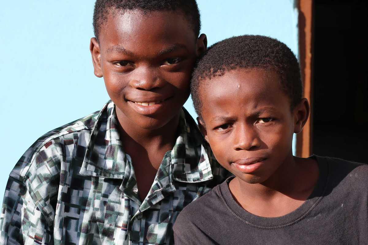 Zwei Jungen vor dem Boys Home in Ghana