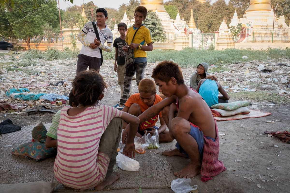 Sozialarbeiter Patrick mit Straßenkindern in Mandalay