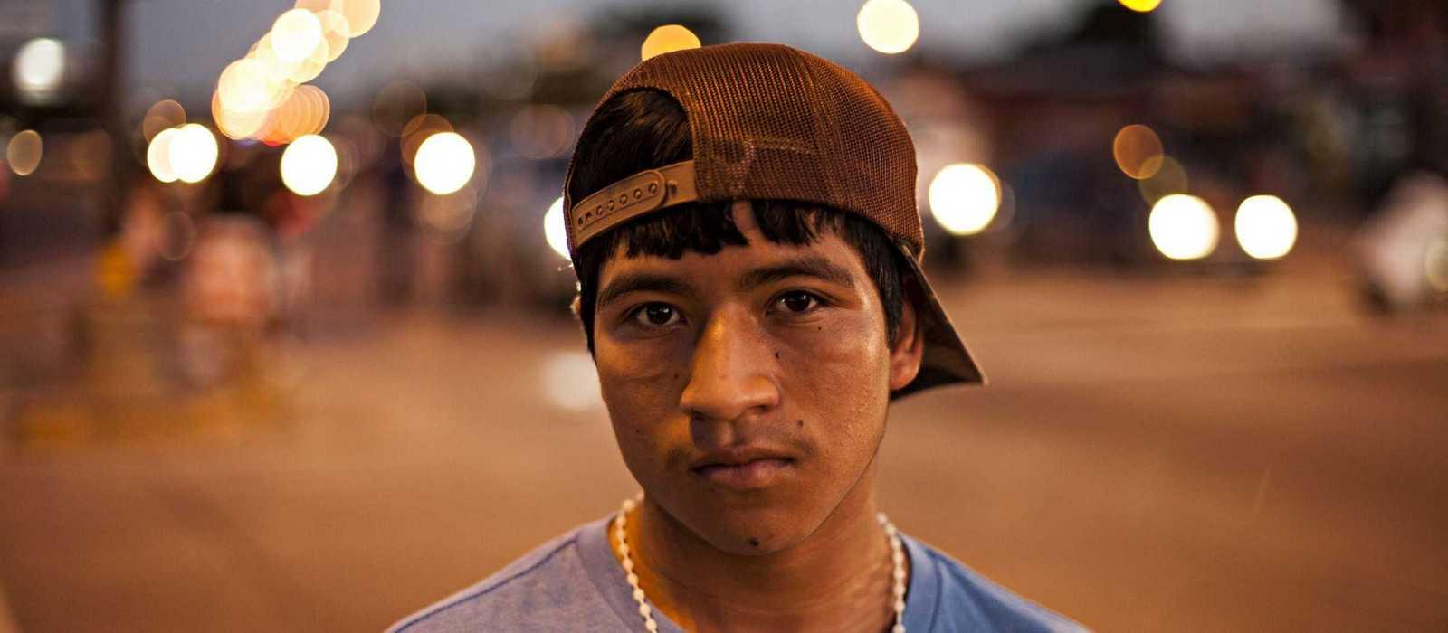 Armando bei Nacht auf einer beleuchteten Straße