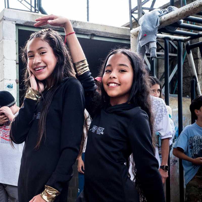 Zwei Tänzerinnen, die posieren