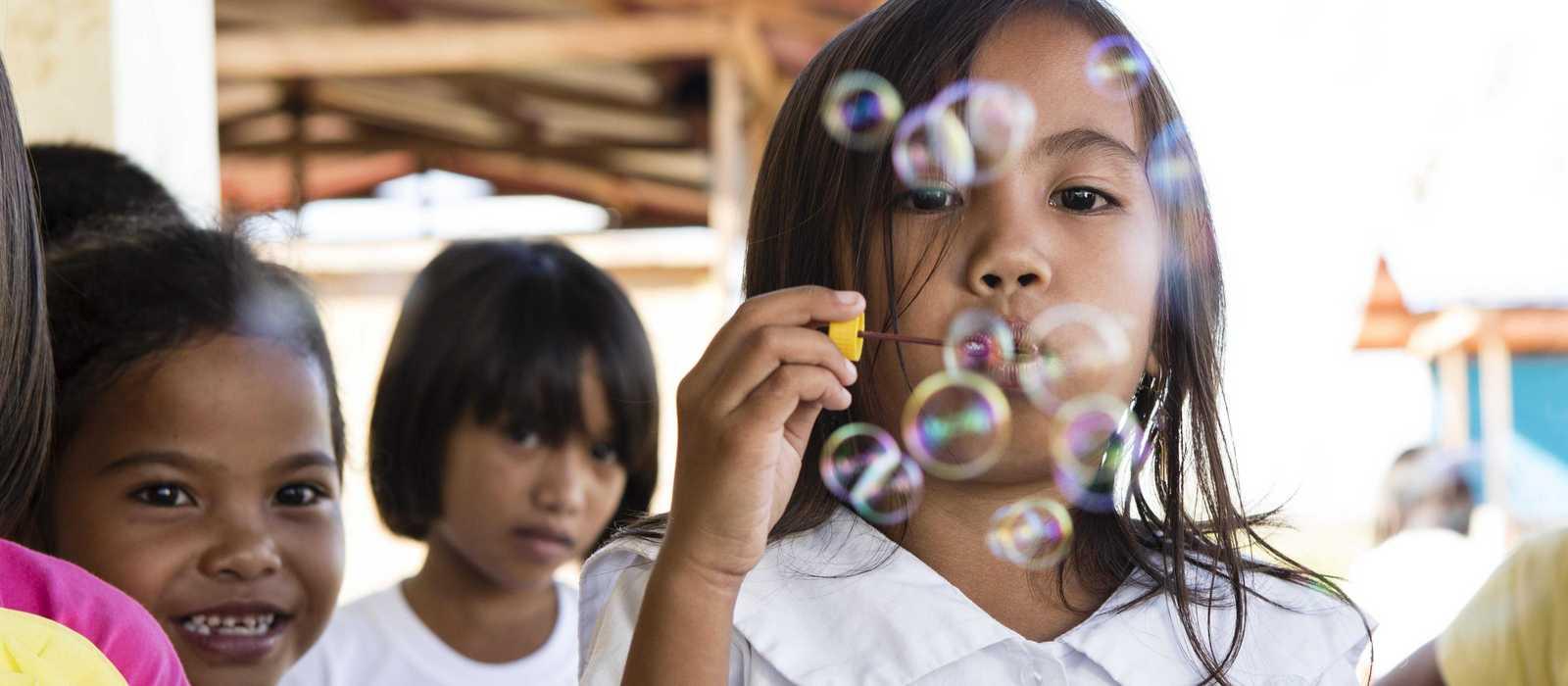 Mädchen spielen mit Seifenblasen
