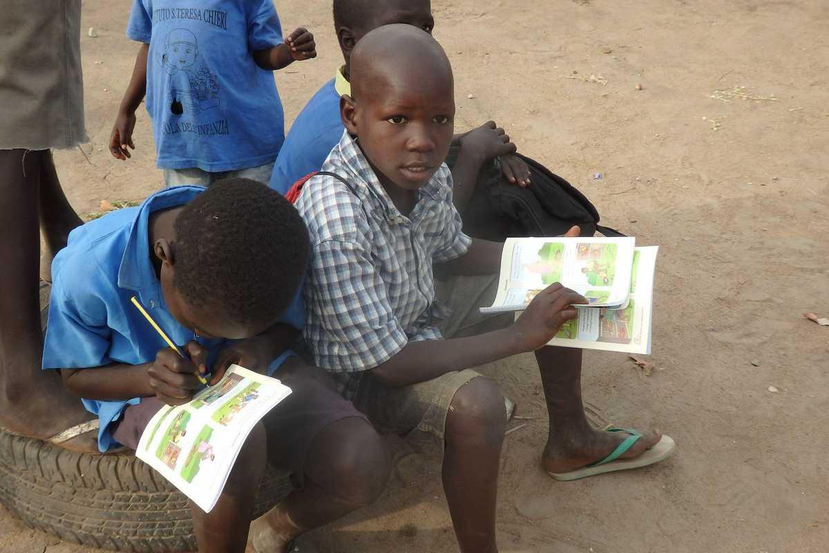Zwei Kindern notieren etwas in Schulhefte
