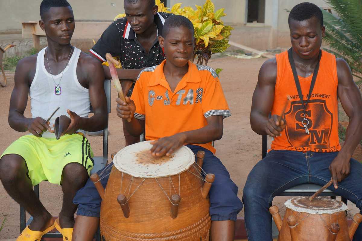 Drei Jungen machen Musik auf großen Trommeln