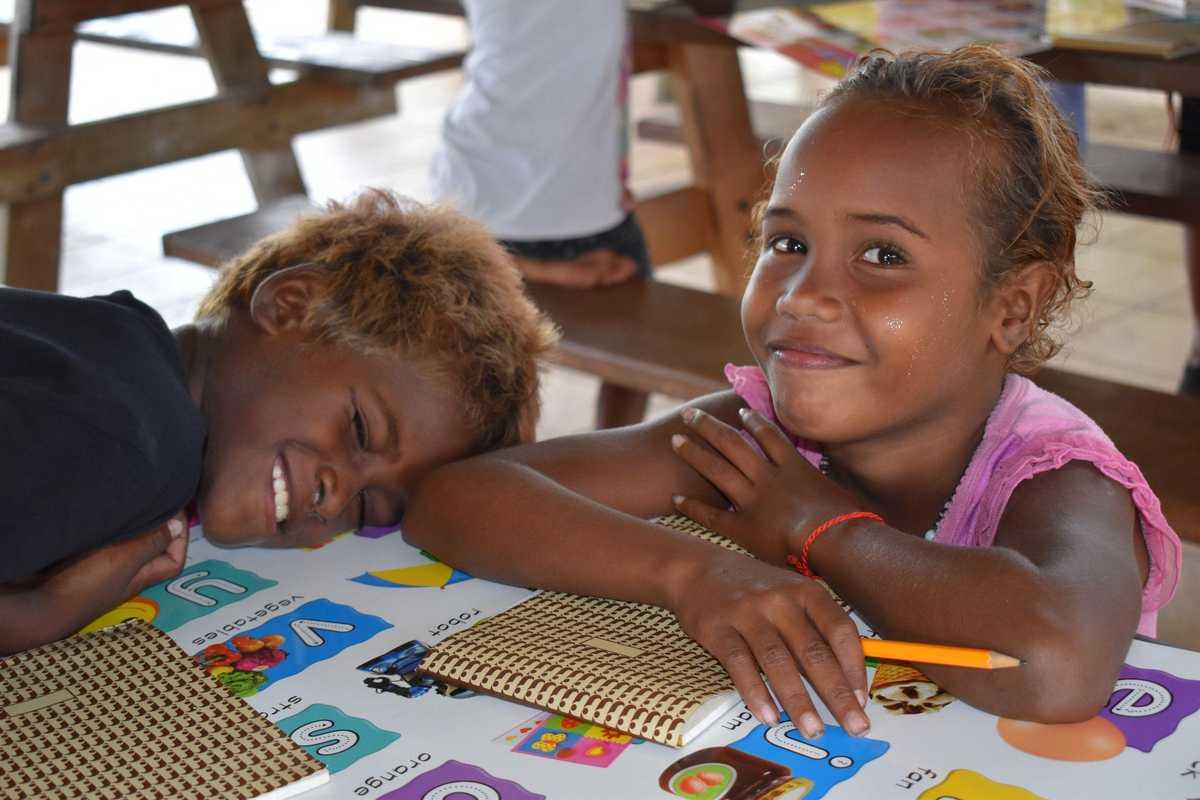 zwei Schulkinder beim Hausaufgaben machen
