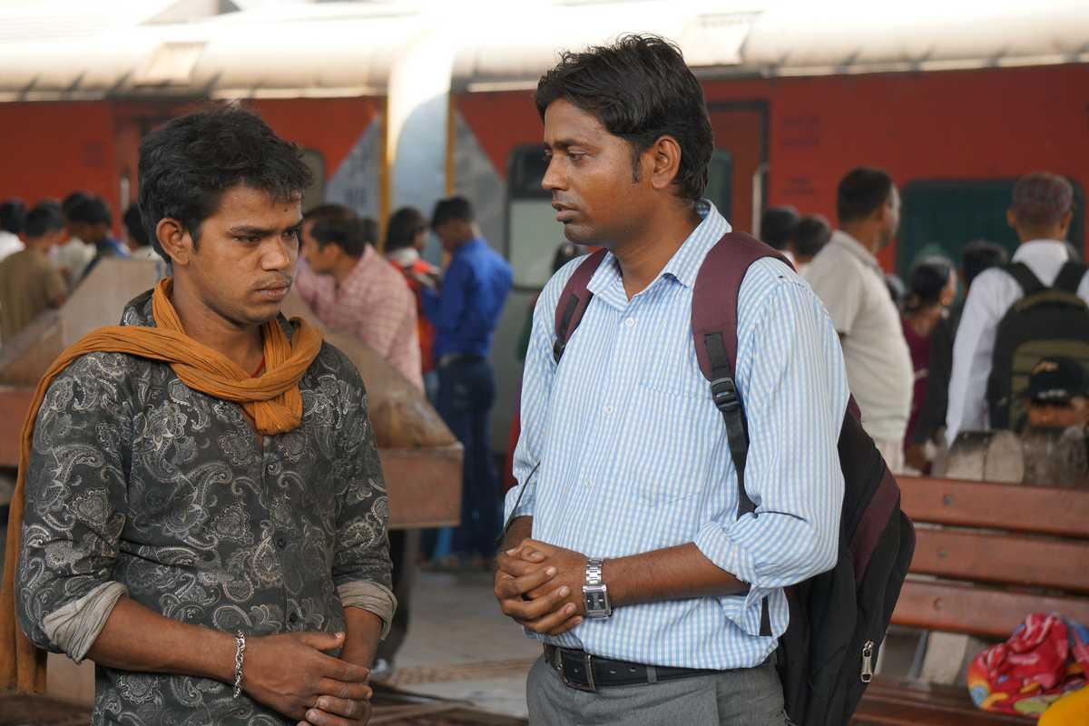 Jugendlicher Straßenjunge im Gespräch mit Don Bosco Mitarbeiter