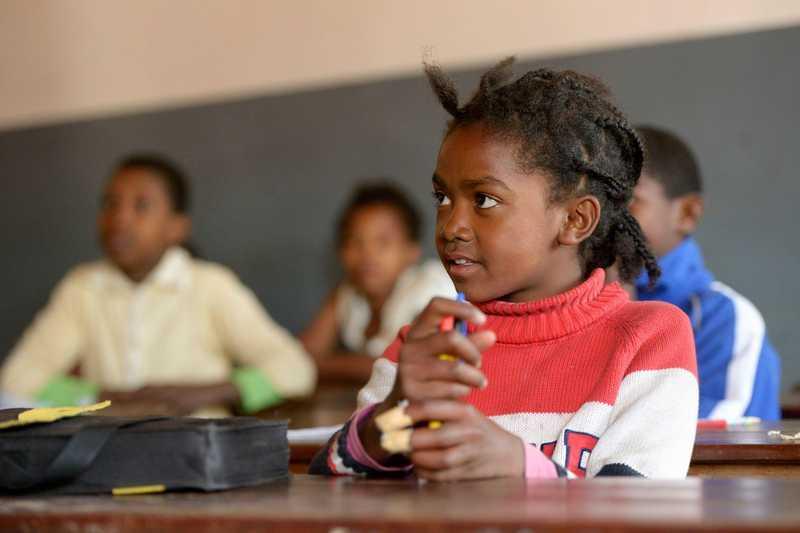 Mädchen sitzt in einer Schulklasse