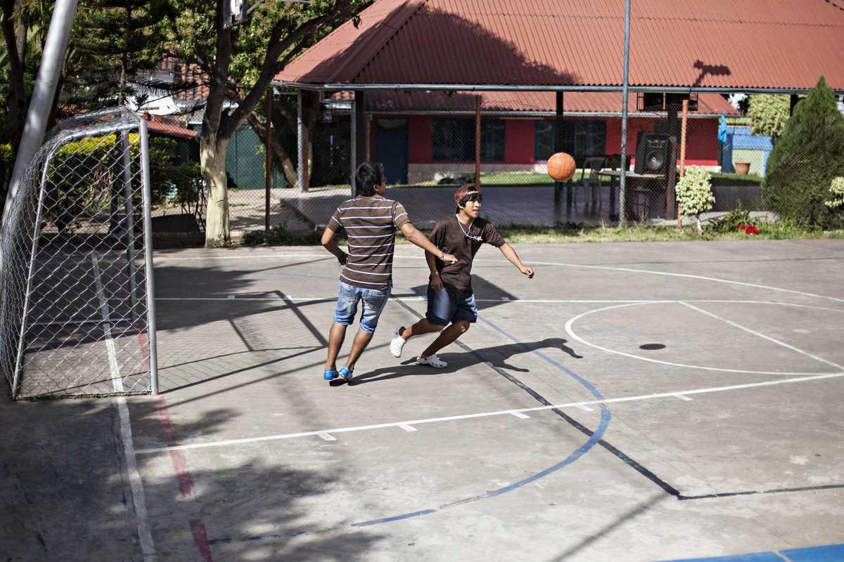 Armando mit einem Jungen beim Fußballspielen