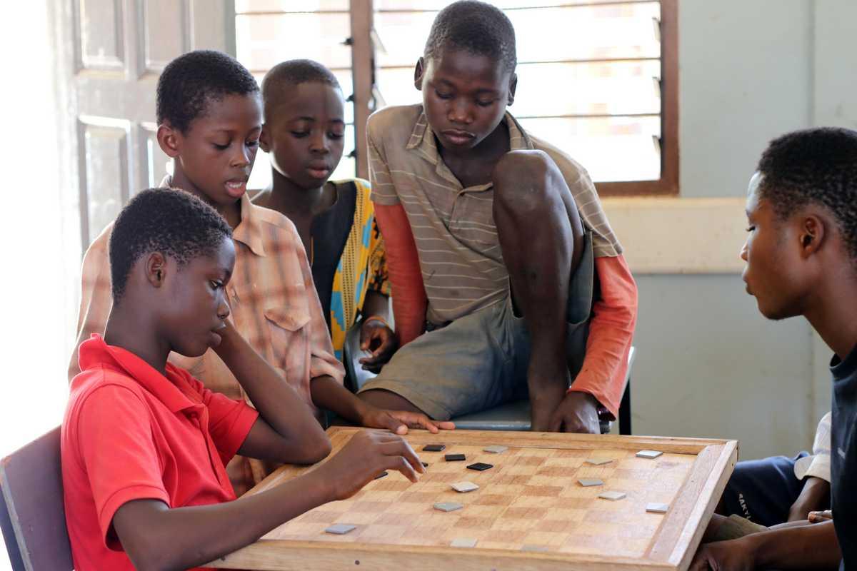 Jungen spielen ein Brettspiel