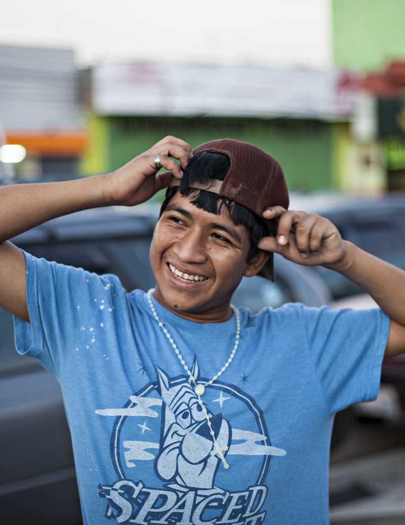 Armando auf dem Gehweg einer befahrenen Straße
