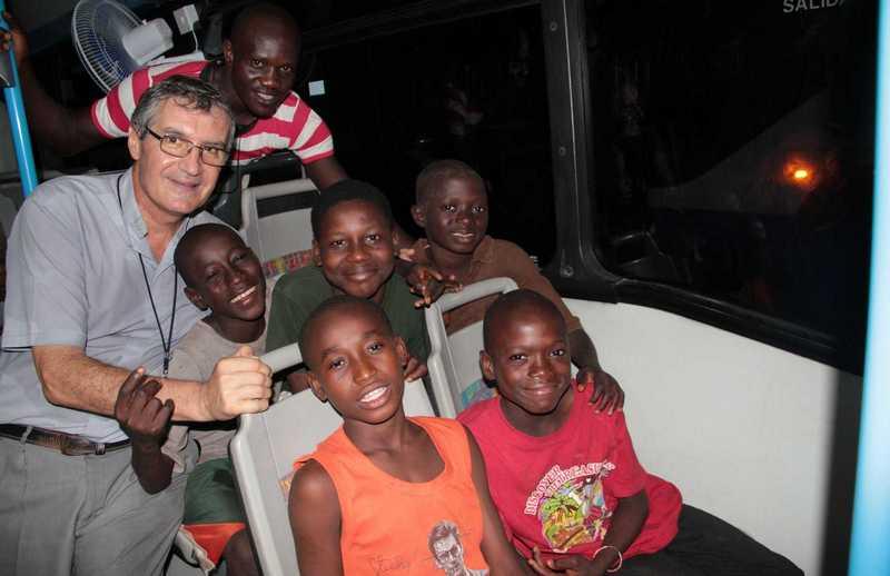 Kinder, die in einem Bus sitzen