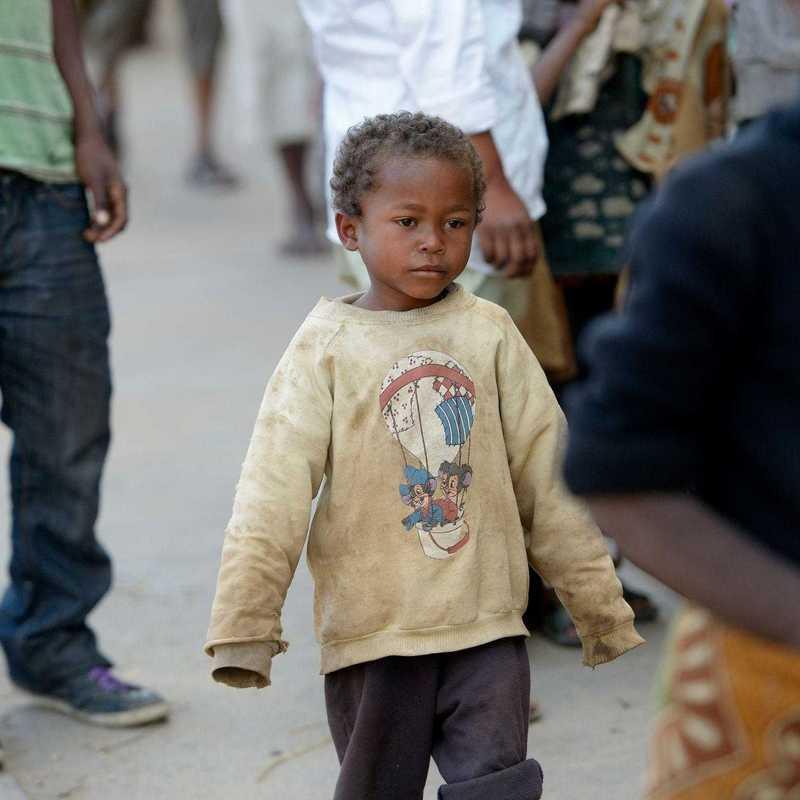 Ein kleiner Junge, alleine auf einer Straße